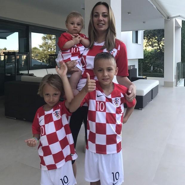 Ivano Modric, na esquerda, com o restante da família do camisa 10 da seleção croata (Foto: Reprodução/Instagram)