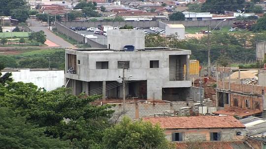 Moradores que não informaram à prefeitura a construção de um 'puxadinho' terão de pagar multa, em Goiânia