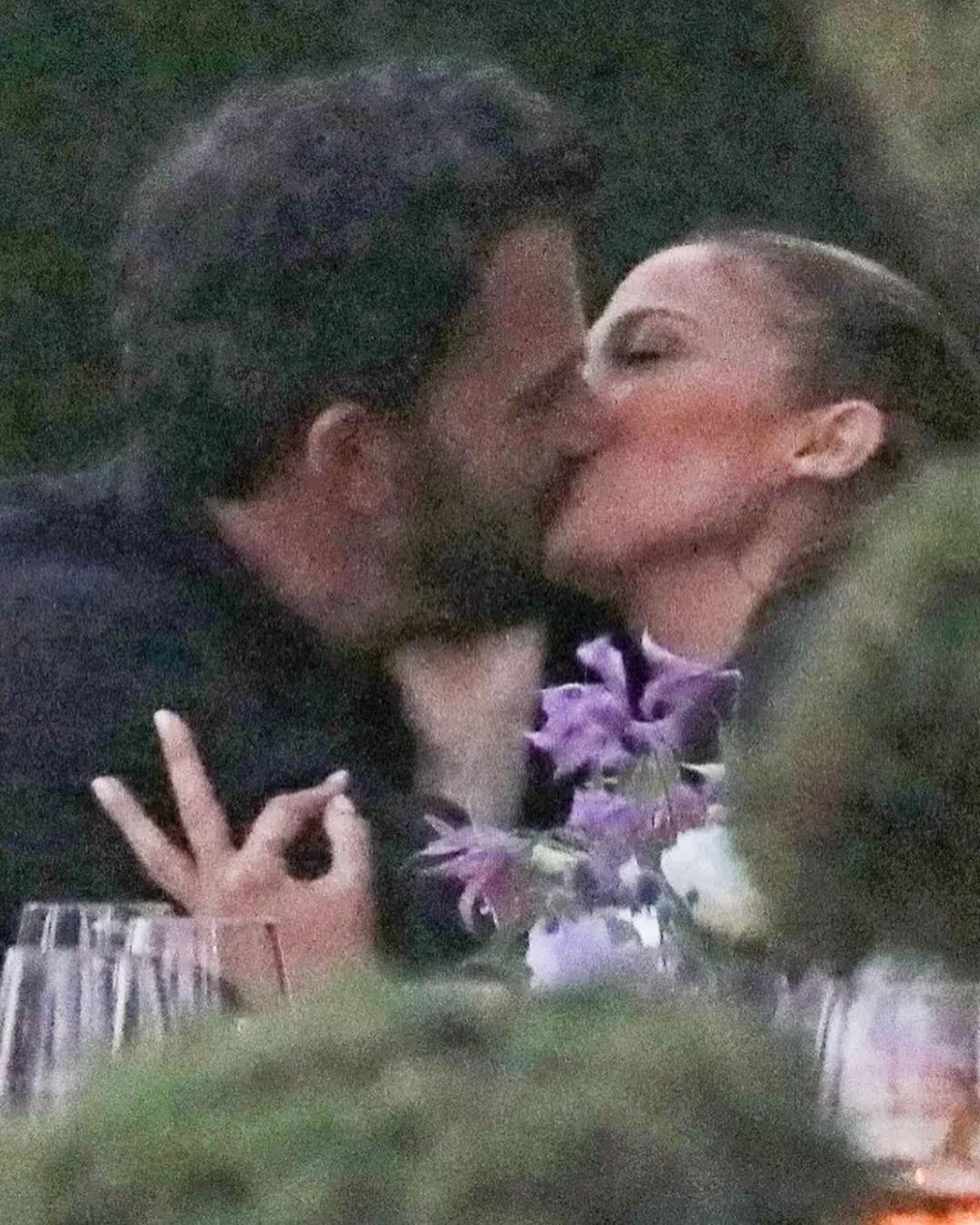 Kate Perry publicou foto do casal 'Bennifer' aos beijos  (Foto: Reprodução/Instagram)