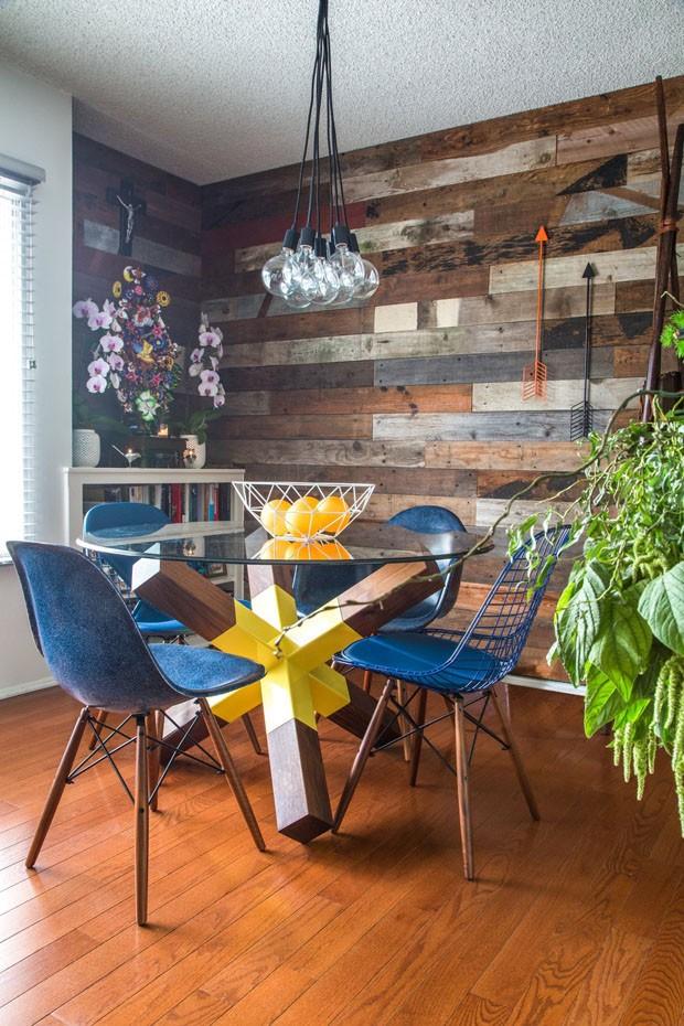 Décor do dia: madeira e plantas na sala de jantar (Foto: Divulgação)