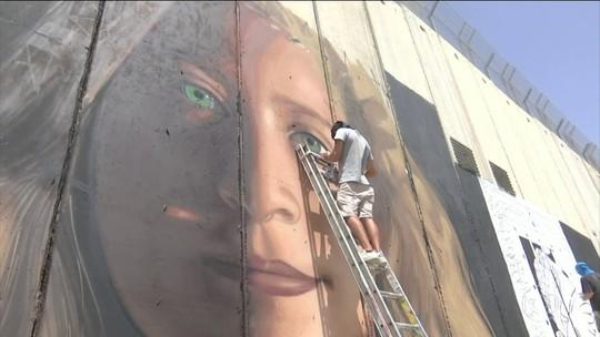 Italianos presos em Israel por pintar mural com rosto de jovem palestina são libertados