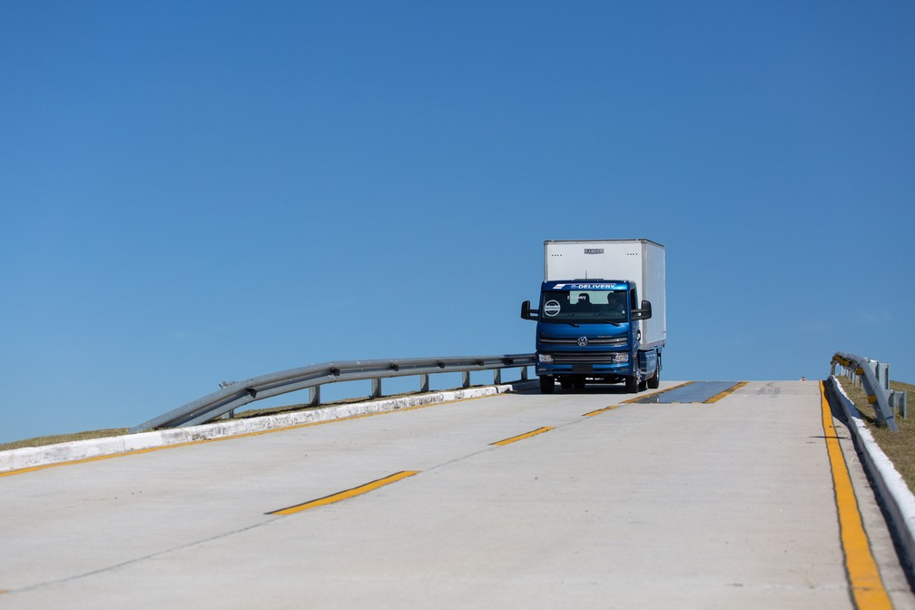 De acordo com a Volkswagen, o e-Delivery pode subir ladeiras com 20 graus de inclinação (Foto: Marcelo Brandt/G1)