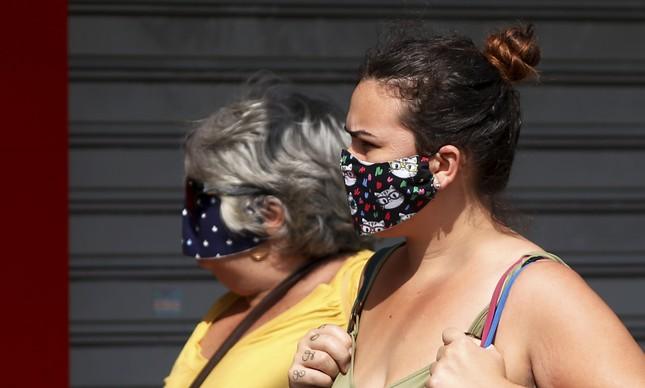 Mulheres usam máscara no Centro de Niterói