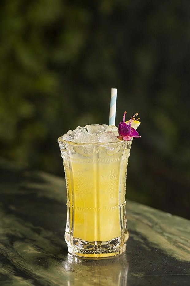 Leve e refrescante: drink com gim e chá de pêssego (Foto: NEUTON ARAÚJO / DIVULGAÇÃO)