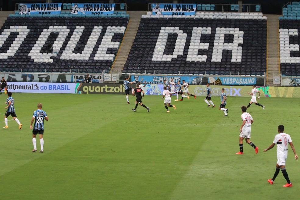 Grêmio marca o São Paulo no campo ofensivo — Foto: Eduardo Moura