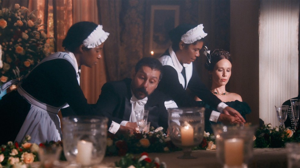 Tonico (Alexandre Nero) comete gafes ao lado de Luísa (Mariana Ximenes) em jantar no Palácio em 'Nos tempos do Imperador' — Foto: Globo
