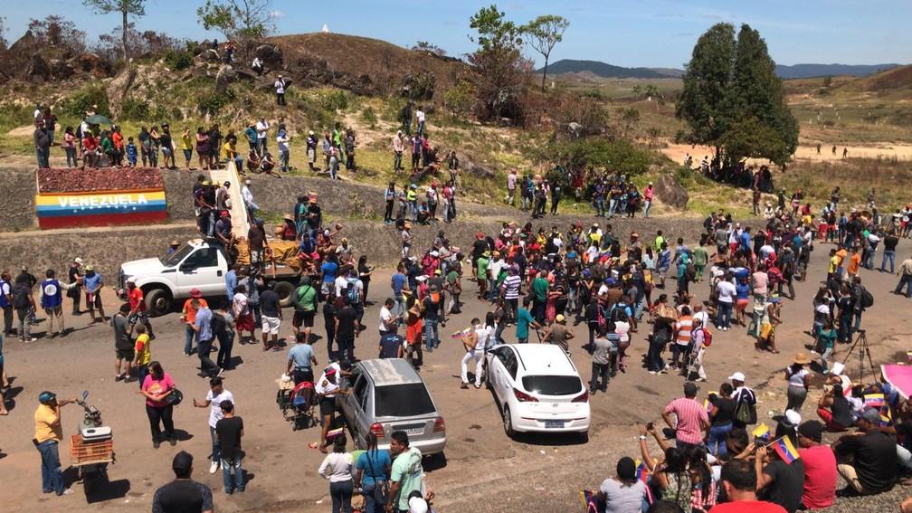 Manifestantes venezuelanos exigem em Pacaraima (RR) que governo Maduro autorize ingresso no país de caminhões com ajuda humanitária — Foto: Alan Chaves/G1 Roraima