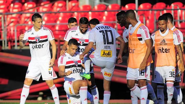 Diego Souza agradece Nenê pelo passe que originou o gol