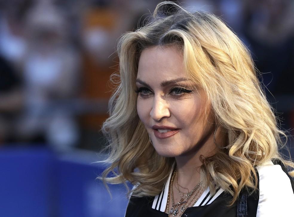"""Madonna posa para foto na estreia do filme """"The Beatles, Eight Days a Week"""", em Londres — Foto: AP / Kirsty Wigglesworth"""