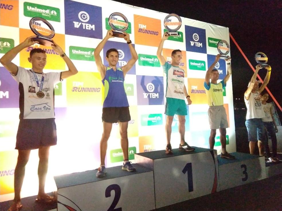 Vencedores do percurso de 10 km recebem a premiação do TEM Running em Bauru (Foto: Sérgio Pais)