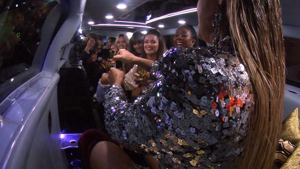 Brothers fazem brinde dentro de limousine — Foto: Globo