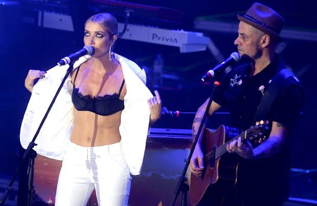 Luiza Possi em show com Titãs (Foto: Francisco Cepeda/AgNews)