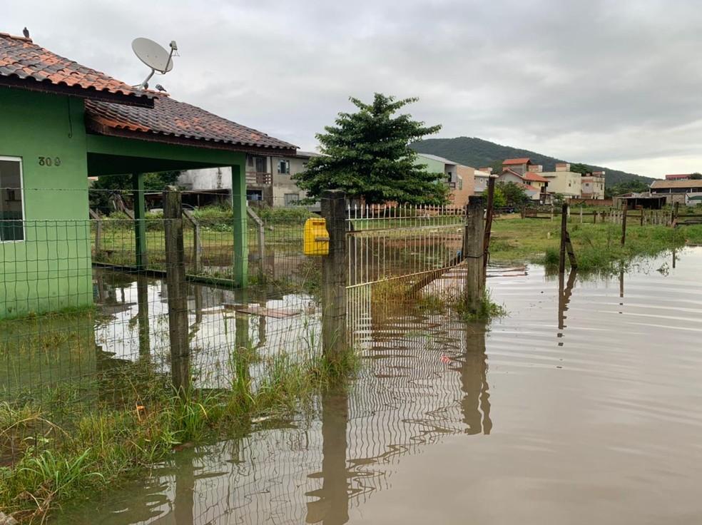 Alagamento no bairro Ingleses em Florianópolis — Foto: Mateus Castro/ NSC TV