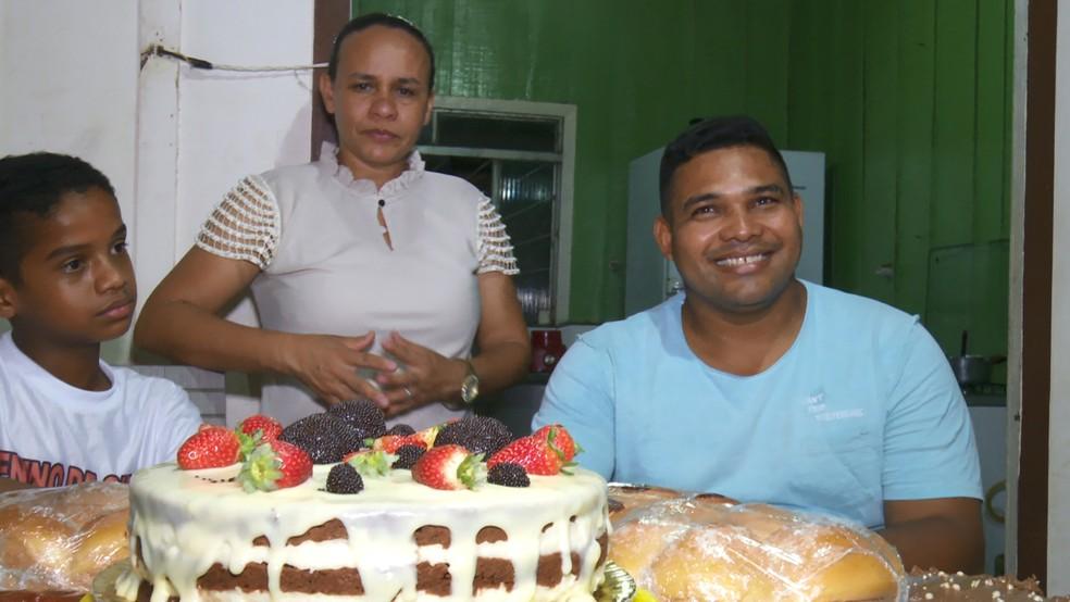 Nilson ao lado da mãe e do padrasto, que prestam total apoio na atividade de confeitaria.  — Foto: Rede Amazônica/Reprodução