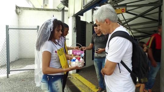 'Ajude-nos a casar': noivos bancam casamento com venda de bombons e apoio de passageiros no metrô do Rio