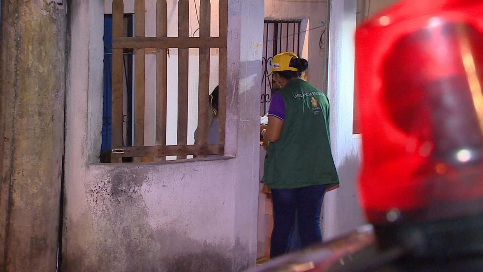 Equipes de saúde aplicam vacina contra sarampo de casa em casa com apoio da polícia (Foto: Reprodução/Rede Amazônica)