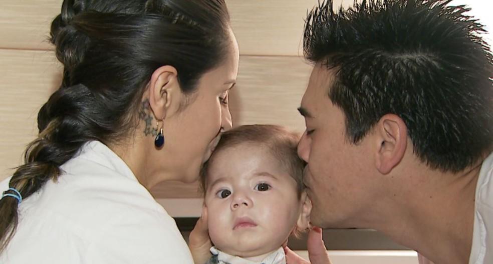 Marina e Alexandre não desgrudam do filho, Joaquim Okano Marques (Foto: Valdinei Malaguti/EPTV)