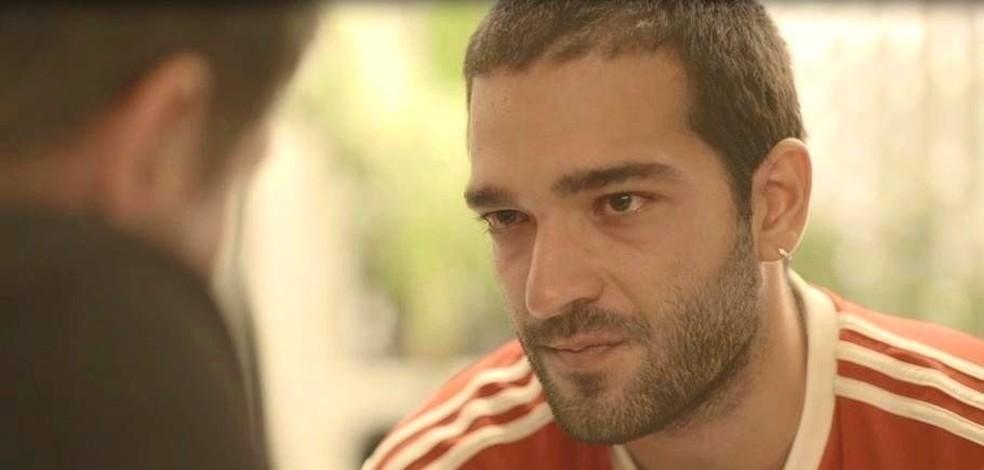 Sandro (Humberto Carrão) pede perdão ao pai em 'Amor de Mãe' — Foto: Globo