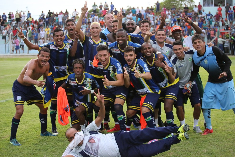 Jogoadores do Altos fazem festa depois de eliminarem o Atlético-GO na Copa do Brasil (Foto: Luís Júnior/Altos)