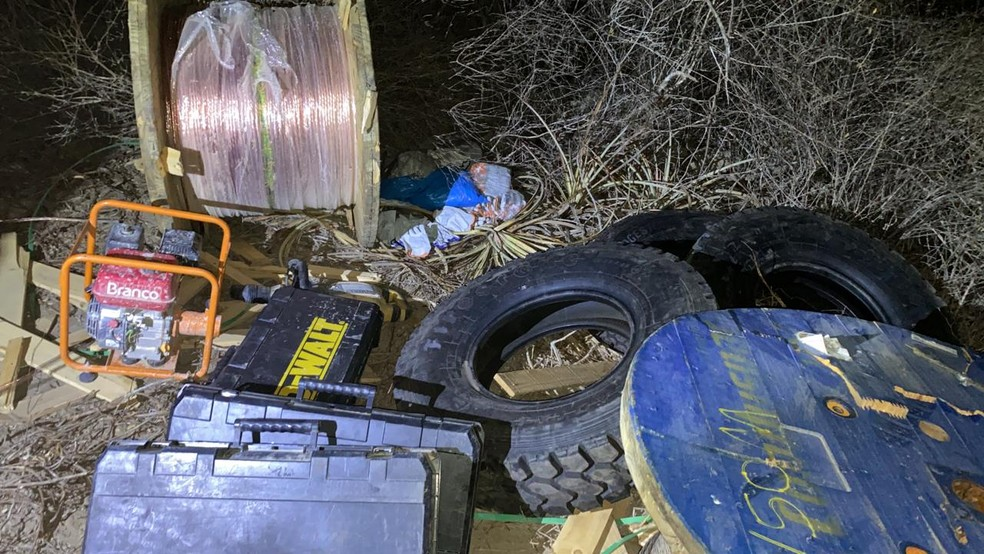 Equipamentos de comunicação, fios e pneus tinham sido roubados de parque eólico no RN — Foto: Sesed/Divulgação