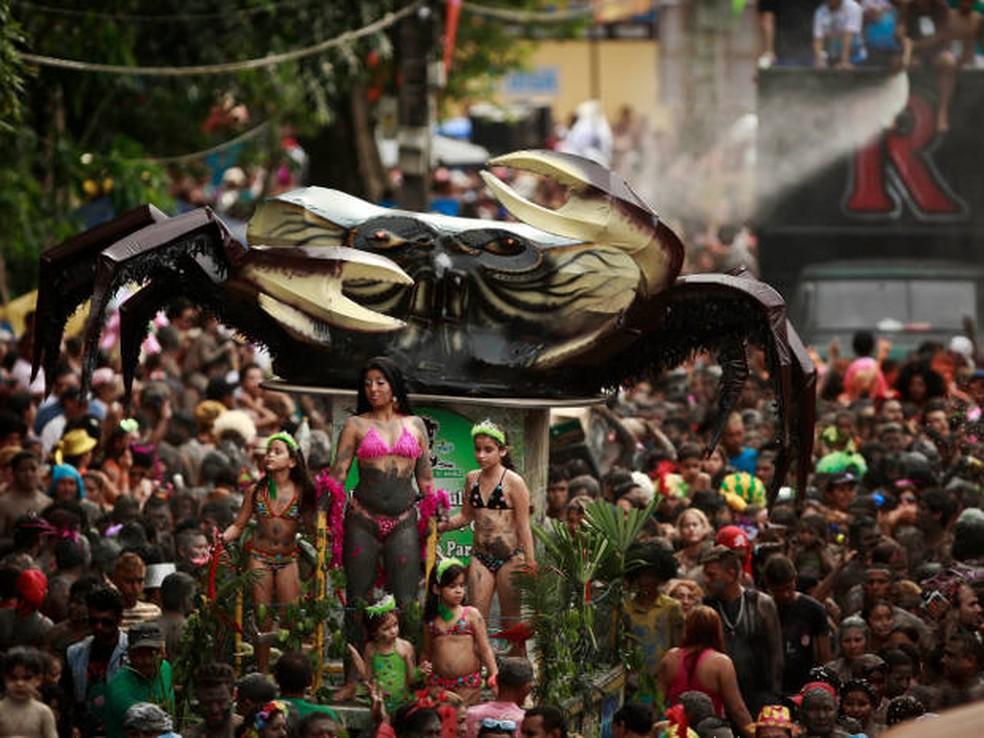 """Caranguejo gigante é o carro abre-alas dos """"Pretinhos do Mangue"""" (Foto: Tarso Sarraf / O Liberal)"""