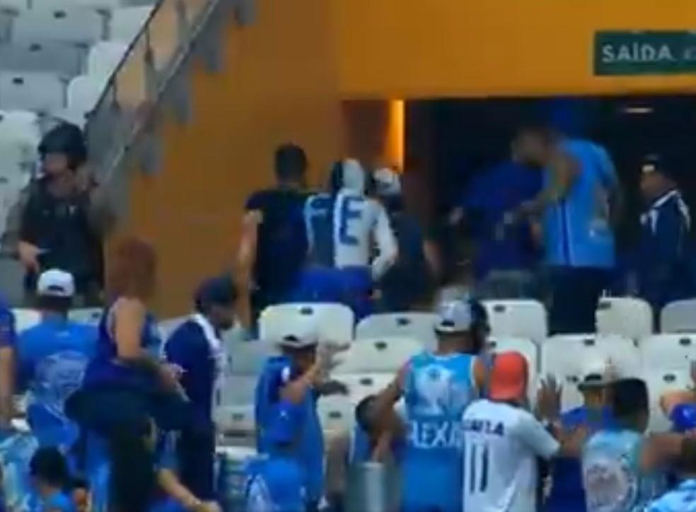 """Torcedor da """"Fé"""" deixou o Mineirão após tumultos no jogo que marcou o rebaixamento do Cruzeiro — Foto: SporTV"""