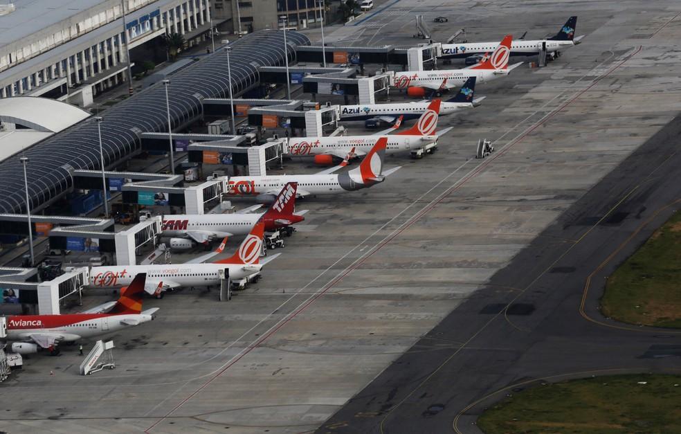 Aviões da Avianca, Gol, Azul e Latam estacionados no aeroporto Santos Dumont, no Rio de Janeiro — Foto: Nacho Doce/Reuters