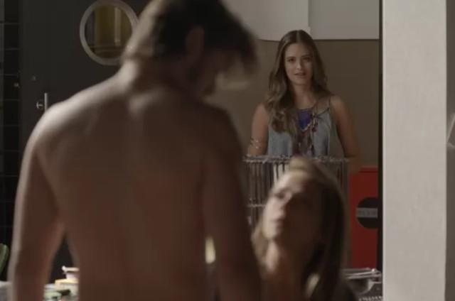 Cassandra (Juliana Paiva) flagra Lili (Vivianne Pasmanter) e Rafael (Daniel Rocha) na cama (Foto: TV Globo)