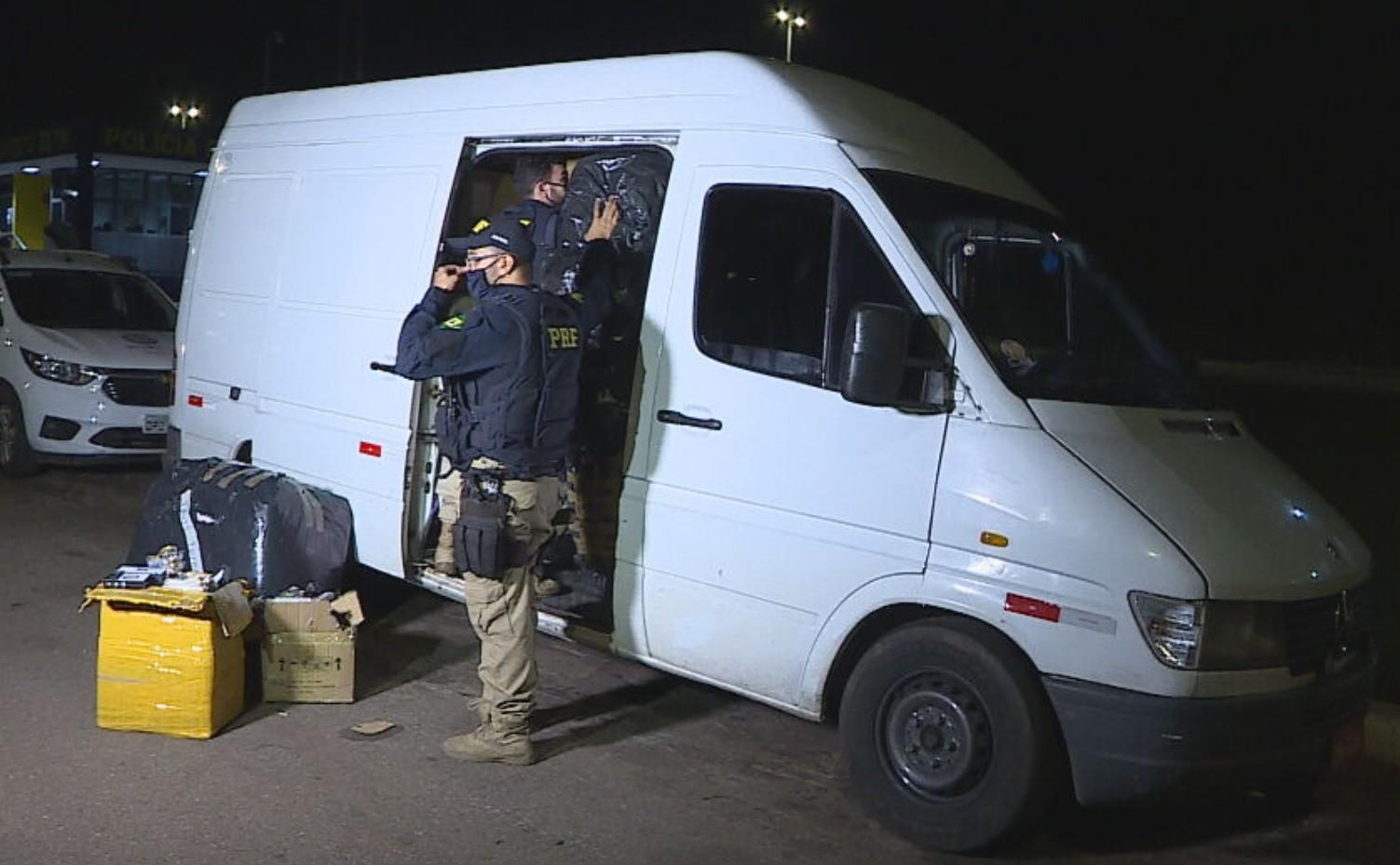 Motorista será investigado após transportar produtos com origem desconhecida em van irregular