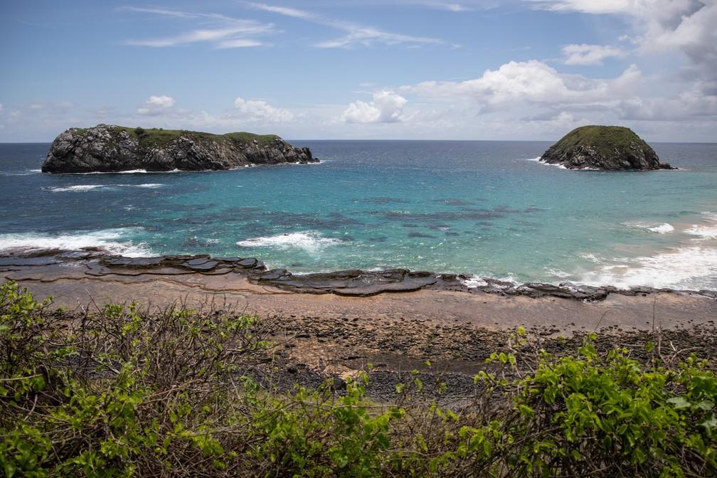 Ilhas e água cristalina compõem o visual da Praia do Leão, em Fernando de Noronha — Foto: Fábio Tito/G1