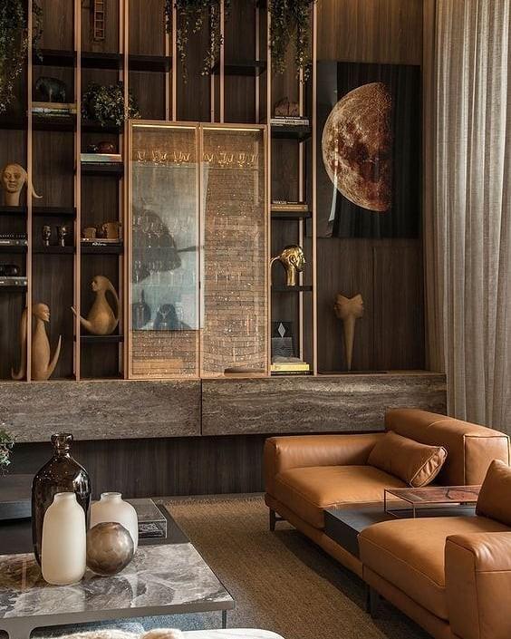 Pedras exóticas, obras de arte e um sofá caramelo: a combinação inusitada - e linda - é trabalho da arquiteta Denise Barreto (Foto: Instagram/Reprodução)