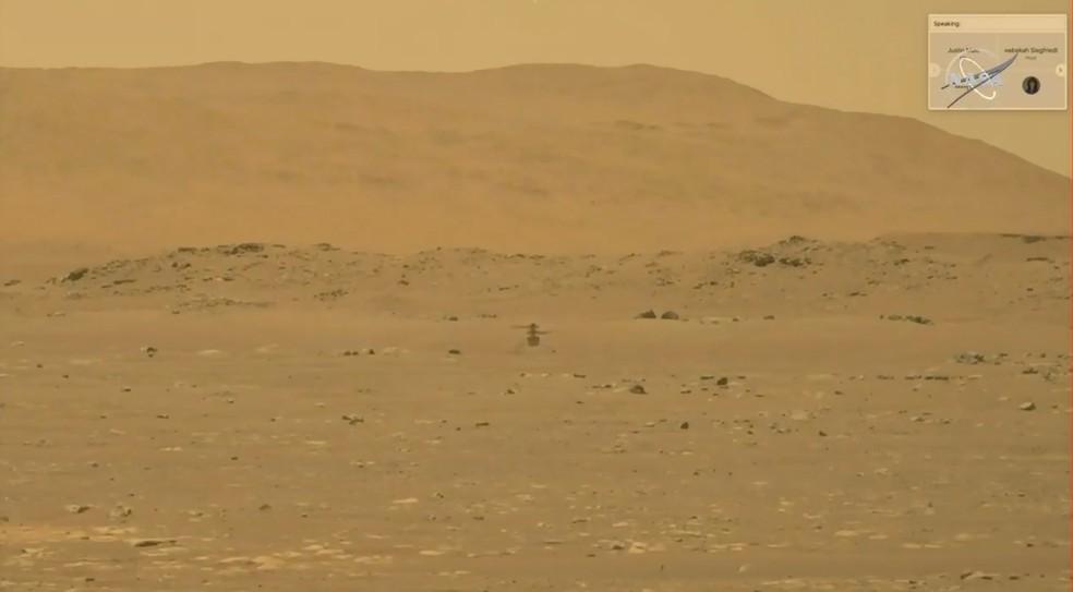 Imagem feita pelo robô Perseverance – que também está em Marte – mostra o Ingenuity voando sobre Marte. — Foto: Nasa/JPL-Caltech/ASU /Handout via Reuters