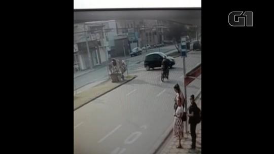 Câmera de segurança flagra batida entre carro e motocicleta em Sorocaba