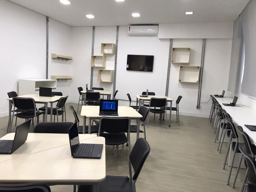 Sala de informática é reformada em obras de revitalização em escola estadual em SP — Foto: Natan Lira/G1