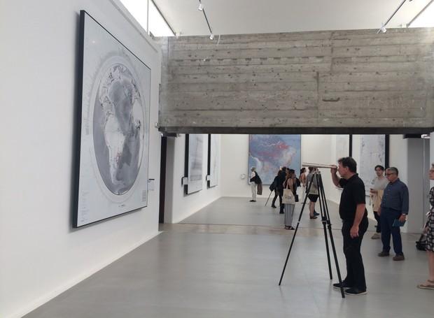 """A travessia dos """"Muros de ar"""" proposto pelo Pavilhão do Brasil espelha a reflexão do tema central, """"Freespace"""". O pavilhão brasileiro transformou-se em um mosaico cartográfico de dez grandes temas que investigam """"as diferentes formas de muros do territóri (Foto: Divulgação)"""