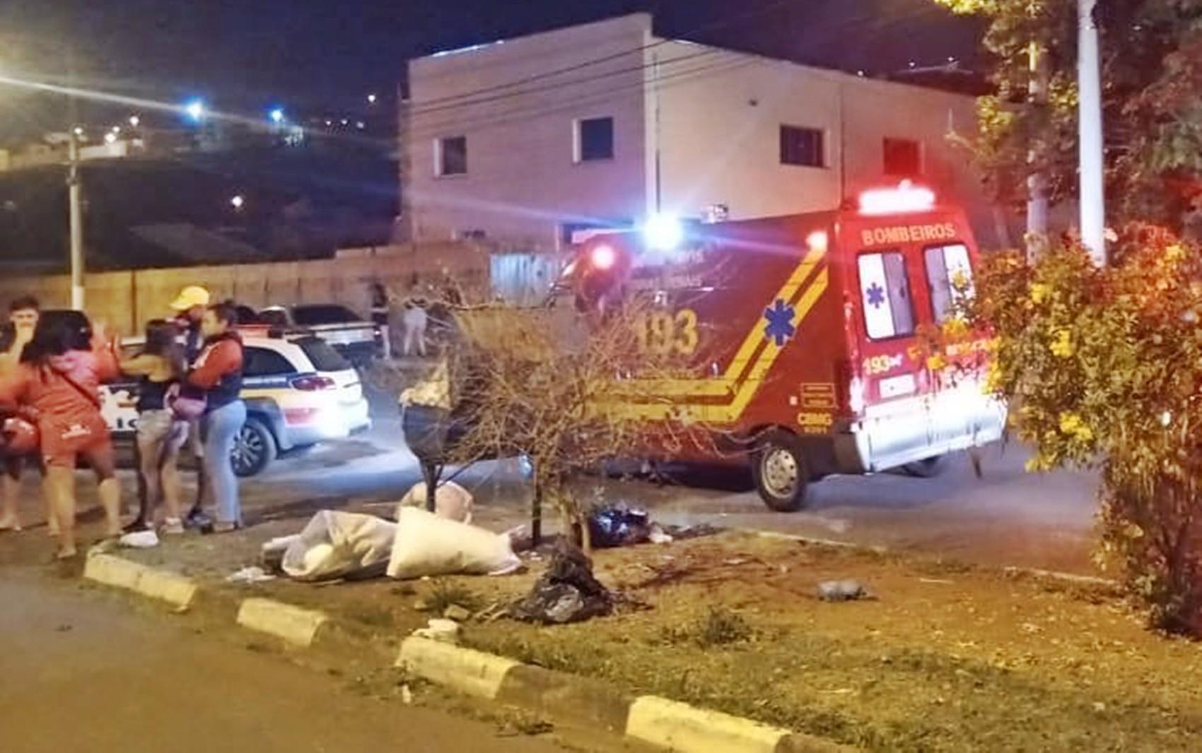 Dois homens morrem após moto bater em muro no bairro Recreio dos Bandeirantes, em Guaxupé, MG