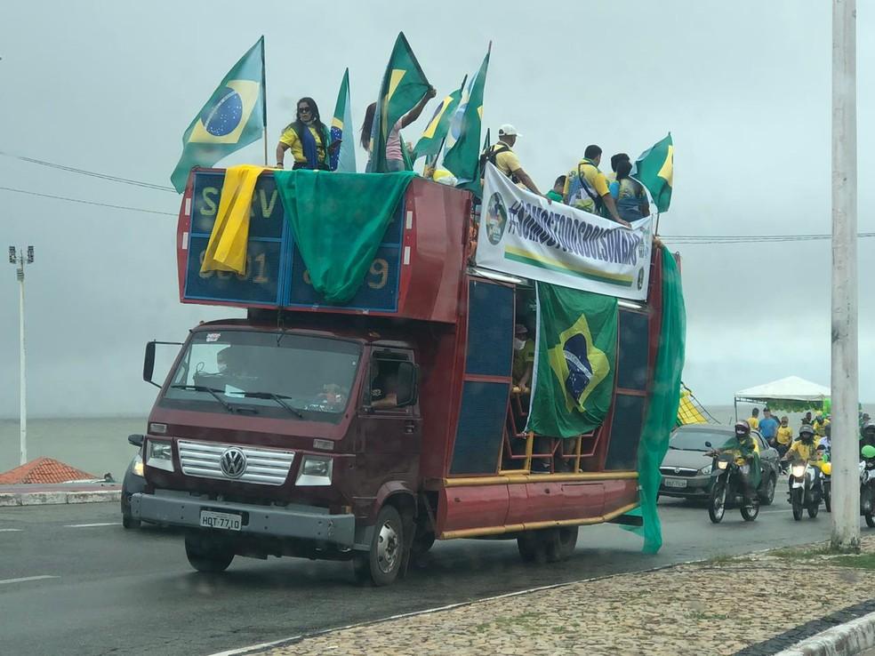 Manifestantes fazem ato na Avenida Litorânea, na orla marítima de São Luís — Foto: Jéssica Melo/TV Mirante