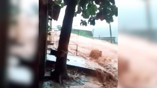 Chuva deixa moradores ilhados, causa queda de barreiras e de ponte em São José do Vale do Rio Preto, no RJ