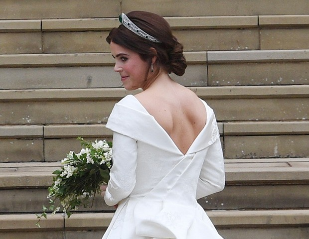 Princesa Eugenie optou por um vestido com decote nas costas, deixando a cicatriz à mostra (Foto: Getty Images)