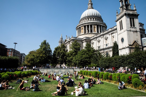 LONDON, ENGLAND - AUGUST 06: City workers eat their lunches in front of St Paul's Cathedral during the sweltering lunchtime break in the City of London on August 6, 2018 in London, United Kingdom. The Met Office has said that the UK heatwave will last unt (Foto: Getty Images)