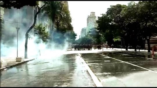 Polícia usa jatos d'água e dispersa ato de professores em BH