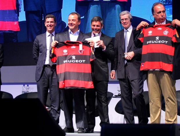Curtinha: governador do Rio recebe camisa do Flamengo personalizada