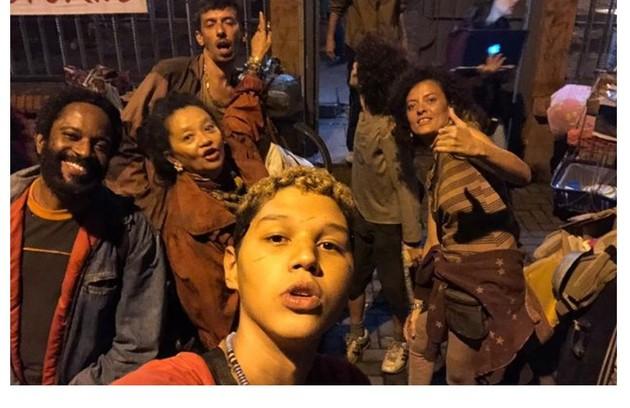 Houve uma integração entre o elenco que fará moradores de rua. Flavio Bauraqui também compõe o grupo (Foto: Reprodução)