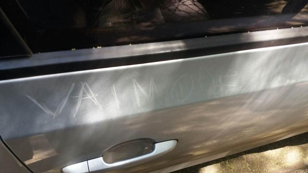 Ameaça de morte riscada em carro de professor em São Carlos (Foto: A Cidade ON/ São Carlos)
