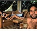 Dudu Azevedo, a mulher, Fernanda Mader, e o filho do casal, Joaquim, na sala de sua casa, na Gávea, Zona Sul do Rio | Reprodução