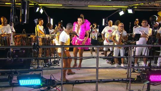 Com look rosa e branco com pedrarias, Ivete recebe artistas, interrompe desfile para ajudar ambulante e arrasta multidão atrás de trio