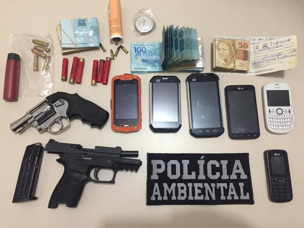 Polícia Ambiental apreendeu armas, defensivos agrícolas, munição e celulares, em Paranavaí — Foto: Divulgação/Polícia Ambiental