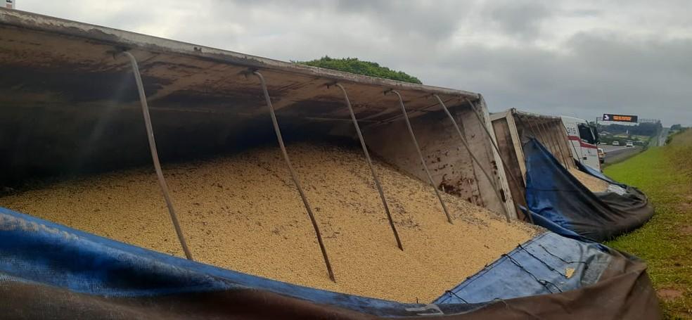 Caminhão carregado de soja tomba na Marechal Rondon em Bauru — Foto: Marco Previdello/TV TEM