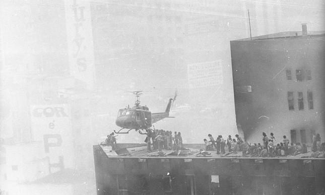 Helicóptero resgata vítimas do alto do Joelma durante incêndio