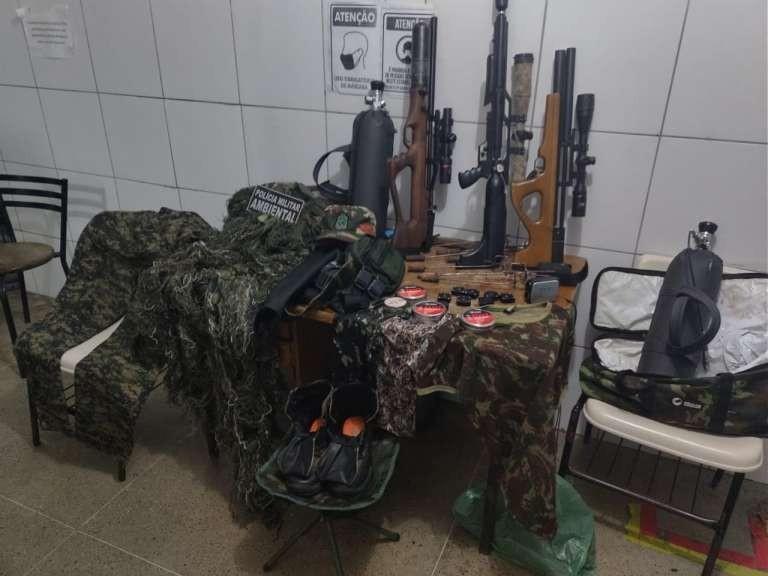 Aves silvestres, armas e material de caça são apreendidos pela polícia durante fiscalização em Sobral